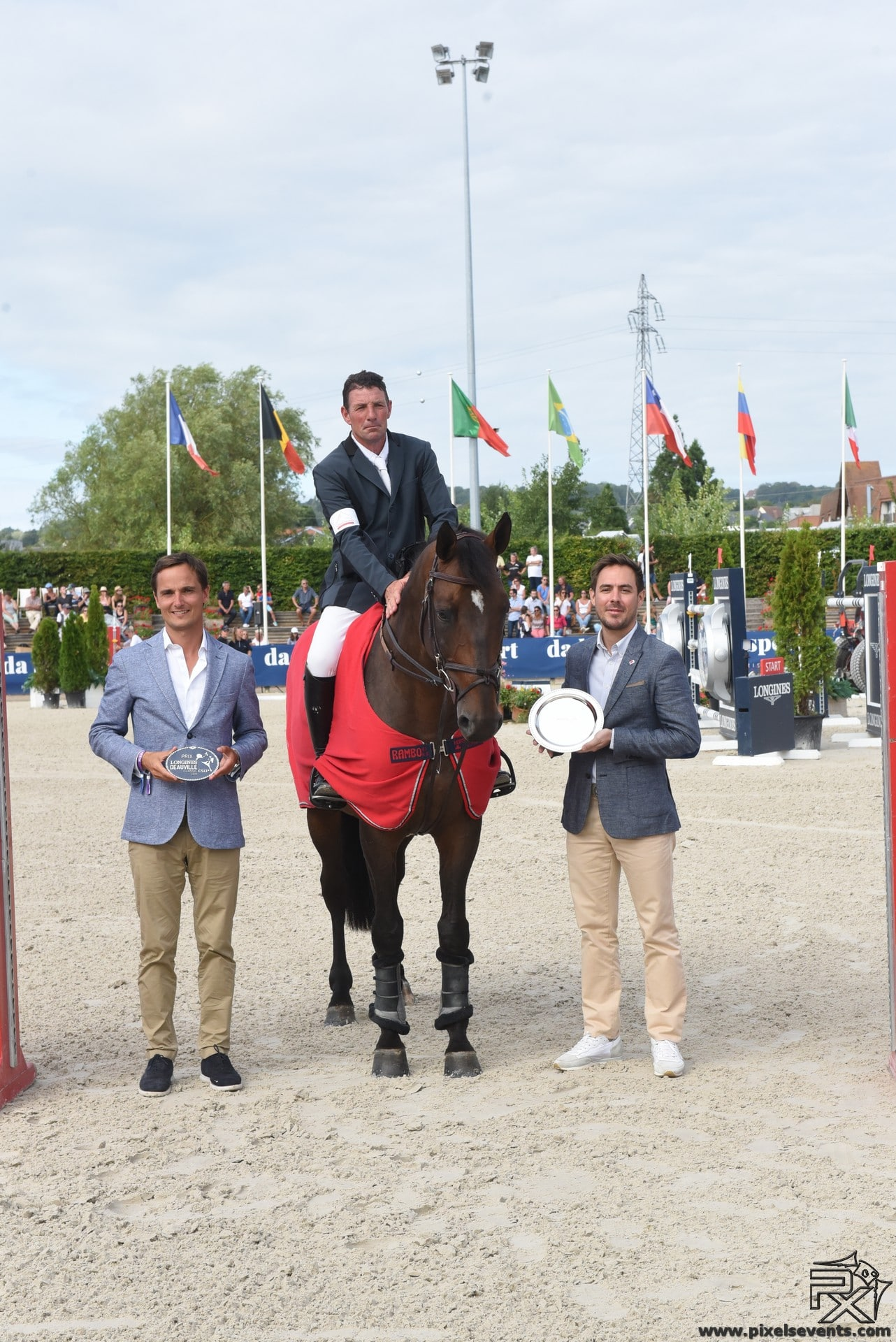 Remise du trophée au gagnant du challenge Horse Immo par Guillaume Carlier, Directeur Horse Immo.